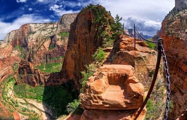 Vườn quốc gia Zion, Mỹ: Zion không chỉ là nơi có rất nhiều tuyến đường leo núi tuyệt đẹp mà còn là nơi thử thách các nhà leo núi nhờ địa hình đầy trắc trở của mình. Cung đường Hẹp (The Narrows) là nơi mà những nhà leo núi thể hiện tài năng của mình.