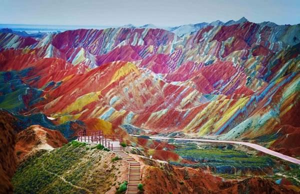 Danxia, Trung Quốc: Danxia được công nhận là Di sản thế giới và danh thắng này khá giống với những tác phẩm siêu thực trong hội họa. Những dải màu mà bạn thấy là do hoạt động địa chất gây ra, và chúng đã tồn tại ở đây từ hàng trăm triệu năm trước. Những hang động ẩn náu bên dưới các lớp đá cuội ở đây sẽ là một trải nghiệm lý thú với những ai đam mê mạo hiểm. Các cung đường mà bạn đi qua sẽ đem đến nhiều điều kỳ thú mà không đâu có được với phong cảnh thiên nhiên đặc sắc và các đền thờ cổ.