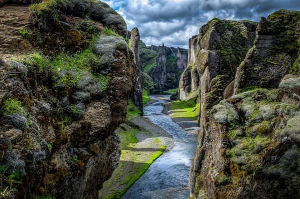 Fjaðrárgljúfur, Iceland: Khe núi này nằm về phía đông nam của Iceland và là một trong những địa danh đẹp nhất trên thế giới. Là kết quả của việc xói mòn đất trong hàng ngàn năm bởi băng tan, con đường dài 2km với độ sâu có thể lên đến 100m vào khe núi này được cho là do sông băng Fjaðrá tạo nên.