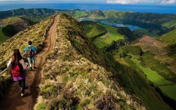 Azores, Bồ Đào Nha: Quần đảo tự trị này nằm cách Bồ Đào Nha khoảng 1.360km tại Đại Tây Dương, được hình thành từ các hoạt động của núi lửa, quần đảo nhiều cảnh quan thiên nhiên tuyệt đẹp với đất đai màu mỡ và thảm thực vật phát triển. 9 đảo với tổng diện thích khoảng 600km2 đều là những địa danh du lịch nổi tiếng và có ngành du lịch phát triển nhờ lợi thế về thiên nhiên vốn có. Du khách có thể tham gia những hoạt động như chơi golf, lặn, leo núi, chèo thuyền … để tận hưởng nơi này.
