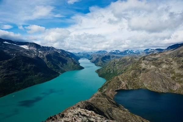 Dãy núi Besseggen, Na Uy: Trải dài từ những hồ thuộc vùng Gjende và Besseggen, dãy núi tạo ra một khung cảnh hết sức hoàn mỹ. Nơi này là địa danh nổi tiếng thu hút rất nhiều người muốn leo núi và du lịch. Bạn sẽ mất 5-7h để có thể đi hết cung đường.
