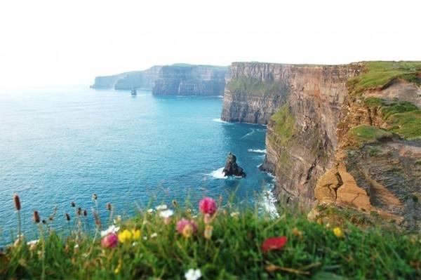 Vách đá Moher, Ireland: Đón hơn 1 triệu khách du lịch mỗi năm, vách đá Moher là địa danh du lịch thiên nhiên nổi tiếng nhất Ireland. Dãy đá Moher cao xấp xỉ 214m so với mực nước biển và trải dài khoảng 8km dọc theo bờ Đại Tây Dương.