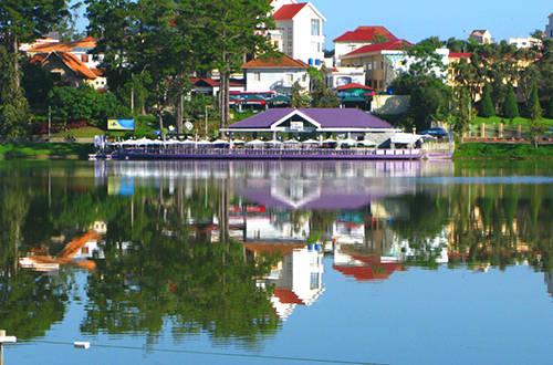 Thủy Tạ là một trong những công trình kiến trúc độc đáo và lâu đời của Đà Lạt. Ảnh: vietnamairlinestickets