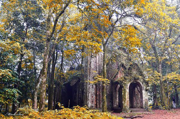 Nhà thờ bỏ hoang trên núi Ba Vì là điểm đến hầu như không ai bỏ qua. Ảnh: Minh Jon