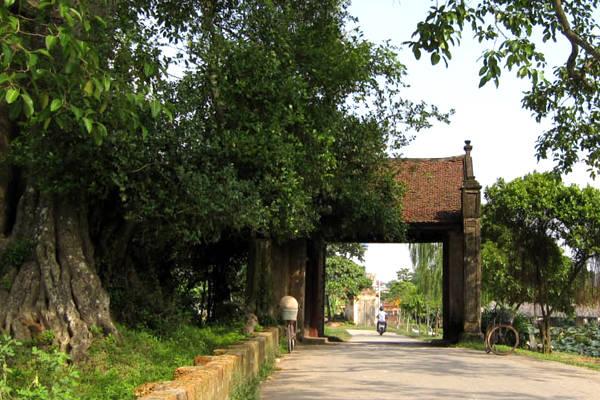 Làng cổ Đường Lâm luôn hấp dẫn du khách bởi những con đường lát gạch đỏ, giếng nước, mái đình, cây đa.