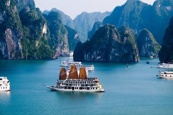 Vịnh Hạ Long (Quảng Ninh) không chỉ được công nhận là di sản thế giới vào năm 1994, mà còn là một trong 7 kỳ quan của thế giới. Toàn cảnh vịnh thơ mộng và lãng mạn với hệ thống đảo đá và hang động tuyệt đẹp. Ảnh: Thousandwonders.
