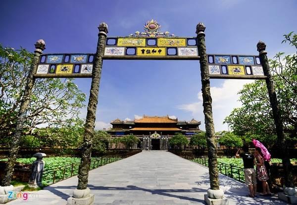 Quần thể cố đô Huế bao gồm Kinh thành, Hoàng thành và Tử Cấm thành được xây dựng hài hòa trong khung cảnh thiên nhiên sông núi hữu tình của vùng đất này. Ảnh: Mạnh Thắng.