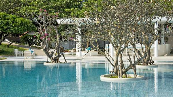 Cây cảnh được trồng đan xen giữa hồ bơi tạo cảm giác dễ chịu cho du khách khi bơi lội.