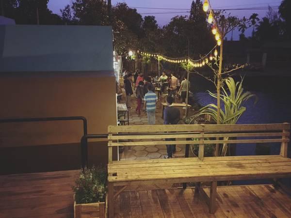 Tối đến ở Beezone cực kỳ lãng mạn bởi khắp khu nhà nghỉ đều được lên đèn. Bạn có nhu cầu muốn làm 1 bữa BBQ hoàng tráng cùng bạn bè, Beezone sẵn sàng đáp ứng hết và cho bạn sử dụng thoái mái lò nướng, than củi.Ảnh: FBBeezone Hostel