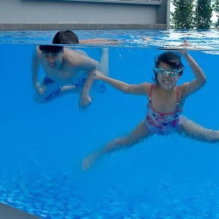 Hồ bơi trẻ em bằng kính.