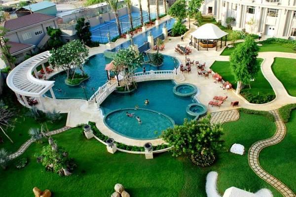 Hồ bơi khách sạn tọa lạc ở giữa khu vườn xanh mát.