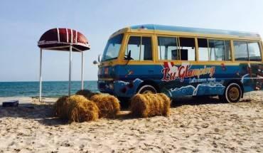 """Đến đây, điểm đầu tiên thu hút du khách là chiếc xe """"thần thánh"""" màu xanh dương nằm giữa bãi cát trắng với chức năng duy nhất là làm """"cảnh""""và phát nhạc. Ảnh: FBNguyễn Thị Lan Anh"""