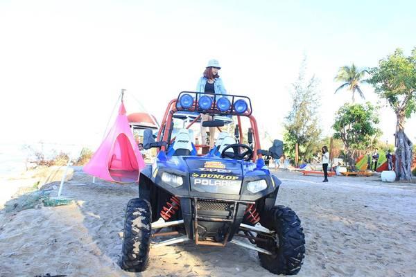 Không lãng mạn kiểu như Coco Beach, tuy nhiên khi tới đây bạn sẽ được tận hưởng nhiều trò chơi tốc độ và cảm giác mạnh như : Chơi jetski, cano ngắm mũi Kê Gà, lặn ngắm san hô, bắt nhum, dịch vụ xe UTV tự lái. Ảnh: FB Vũ Thanh Phương