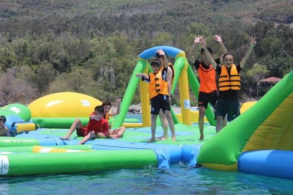 Du khách thích thú khi vui chơi trên nhà phao nổi trên biển lớn nhất Việt Nam.