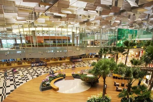 Sân bay Changi liên tiếp nhiều năm được đánh giá là sân bay tốt nhất thế giới, với cơ sở hạ tầng được đầu tư mạnh và chất lượng dịch vụ tuyệt hảo. Ảnh: Luxuo.