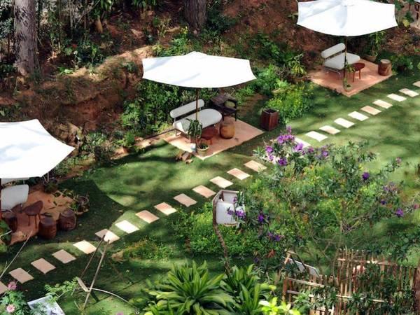 Khuôn viên nhỏ xanh mát của khách sạn để bạn tận hưởng không khí trong lành của Đà Lạt.