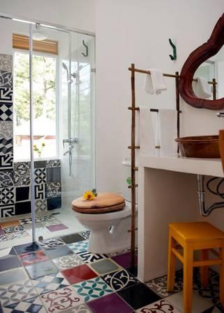 Phòng tắm với sàn gạch hoa lạ mắt.