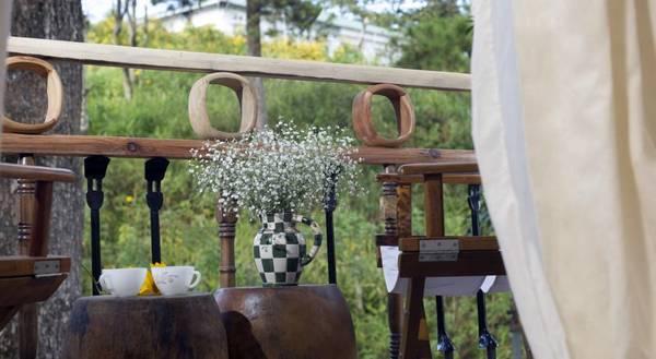 Ban công khách sạn được đặt các bộ bàn ghế gỗ nhỏ xinh để du khách thư giãn.