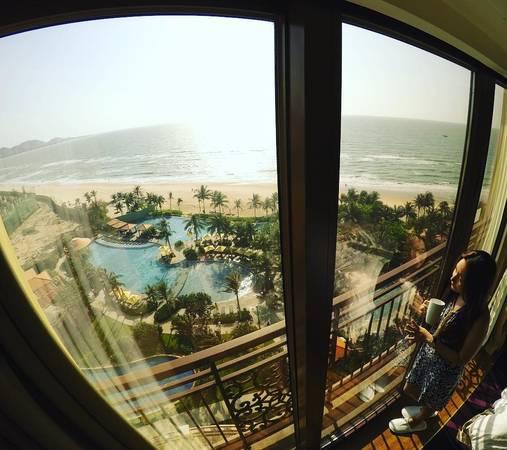 Hồ bơi nhìn từ phòng nghỉ.