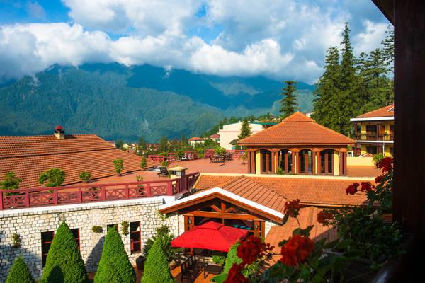 Khu nghỉ dưỡng Victoria Sapa Resort & Spa được coi là một trong hai khách sạn sang trọng nhất Sapa. Khách sạn có vị trí tuyệt đẹp để du khách thỏa mái ngắm nhìn cảnh đẹp của Sapa và khung cảnh của núi rừng Tây Bắc.