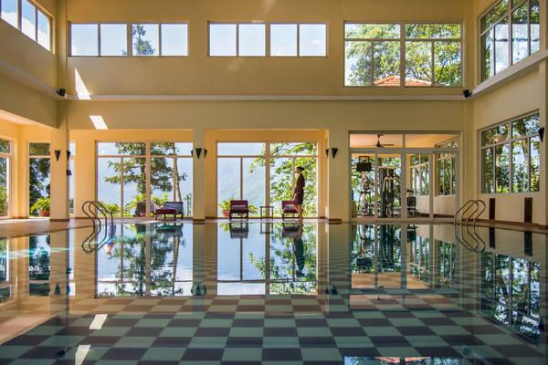 Hồ bơi trong nhà được bao bọc xung quanh bằng kính, nên từ đây du khách có thể vừa tắm táp vừa nhìn ngắm khung cảnh xung quanh.