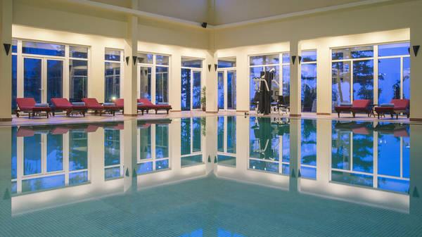 Sau khi tắm du khách có thể nằm thư giãn trên những chiếc ghế dài được đặt xung quanh.