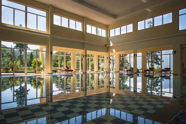 Bể bơi trong nhà tại Victoria Sapa Resort & Spa được thiết kế hiện đại với không gian rộng, thoáng đãng và yên tĩnh.