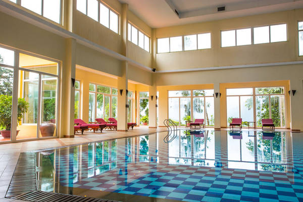 Điểm nhấn của công trình này là kỹ thuật lọc sạch bằng ozone, không hóa chất, thân thiện với môi trường và an toàn cho sức khỏe con người. Bể bơi nước nóng sử dụng công nghệ làm nóng tiên tiến, đảm bảo hệ thống hoạt động đồng bộ và an toàn.