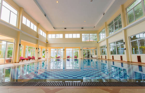 Du khách thỏa sức đắm mình trong làn nước nóng cho tinh thần sảng khoái và thư thái, thoải mái bơi lội để vận động cơ thể khỏe mạnh hơn.