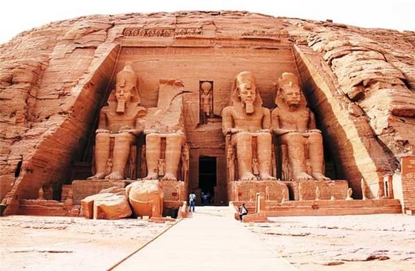 Phía trước đền Vua ở Abu Simbel