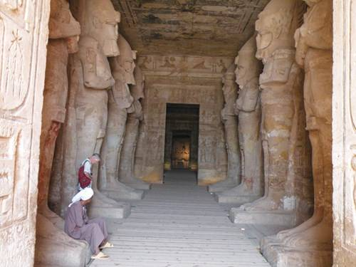 Hành lang bên trong đền Vua