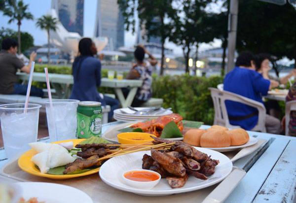 Nằm bên bờ sông, nhìn thẳng sang khách sạn Marina Bay Sands, khu ẩm thực này có vị trí rất đắc địa. Ảnh: Nguyên Chi