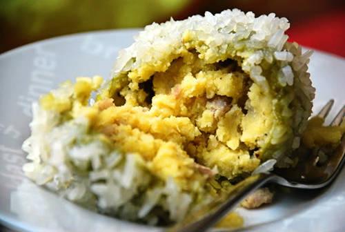 Nhân bánh cũng được làm từ đậu xanh đãi sạch vỏ, đồ chín tới, giã thật mịn, trộn lẫn miếng thịt nhỏ, vừa nạc vừa mỡ, thêm gia vị, hạt tiêu. Ảnh: 2amthuc