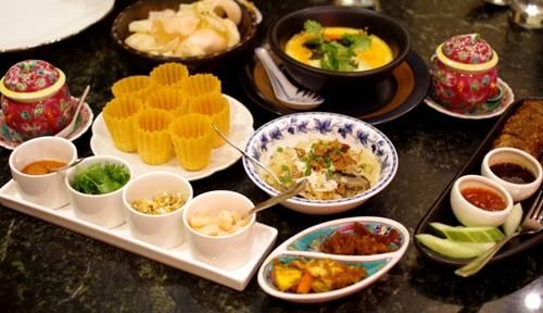 Các món ăn truyền thống của người Peranakan ở nhà hàng Indocafe - the white house. Ảnh: Hương Chi