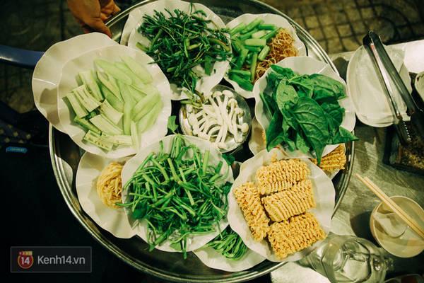 Mâm cuối cùng xanh mướt với hàng chục loại rau, nấm,...