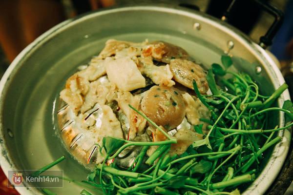 Vỉ nướng thịt được gắn liền với phần nước súp lẩu, vì vậy sẽ giúp phần nước thịt nướng chảy xuống tạo thêm vị ngọt.