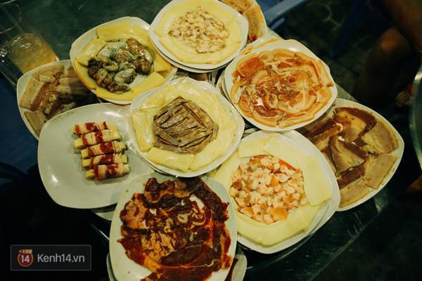 Đây là mâm với các loại thịt và hải sản để nướng.