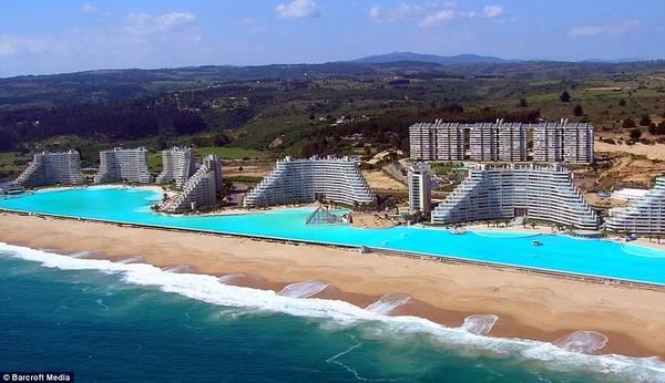 Bể bơi khổng lồ này nằm bên bờ biển Thái Bình Dương của Chile, thuộc thành phố Algarrobo, chứa 250.000 m3 nước. Đây là điểm du lịch được du khách địa phương và quốc tế yêu thích ở khu nghỉ dưỡng San Alfonso del Mar. Ảnh: Barcroft Media.