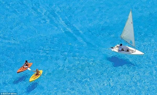 Diện tích khổng lồ cho phép du khách có thể chèo ván, lướt thuyền buồm hay thỏa thích bơi lặn. Ảnh: Barcroft Media.