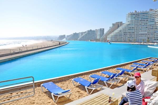 Người thiết kế và quản lý bể bơi ấn tượng này là ông Fernando Fischmann. Tổng chi phí xây dựng Crystal Lagoon lên tới 2 triệu bảng Anh. Ảnh: Firstchoise.