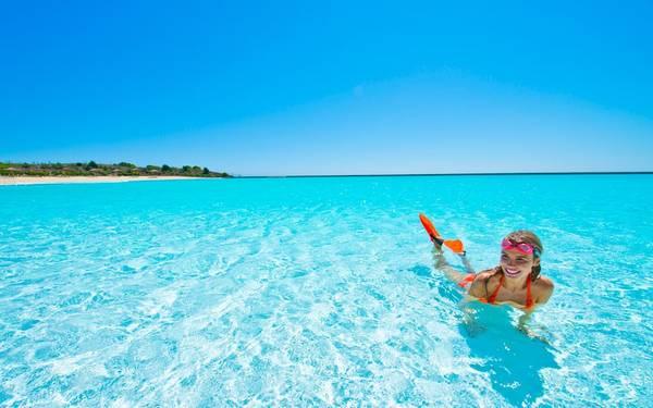 Năng lượng mặt trời sẽ làm nước nóng lên, đạt nhiệt độ khoảng 26 độ C, cao hơn 9 độ so với nước biển, tạo sự thoải mái dễ chịu cho người bơi. Ảnh: Themetapicture.