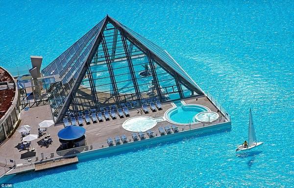 Khu vực bể bơi trong nhà và nhà hàng phục vụ du khách. Ảnh: Daily Mail.