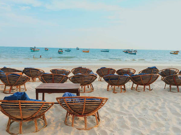 Shihanouk có những chiếc ghế xinh xắn dọc bờ biển thế này.