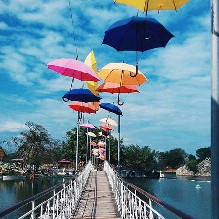 Cây cầu bắc qua hồ được điểm xuyến với những chiếc ô nhiều màu sắc. Ảnh: @yv.vh