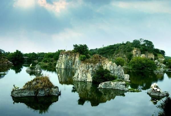 Quần thể núi non hùng vĩ ở Bửu Long. Ảnh: Dongnai