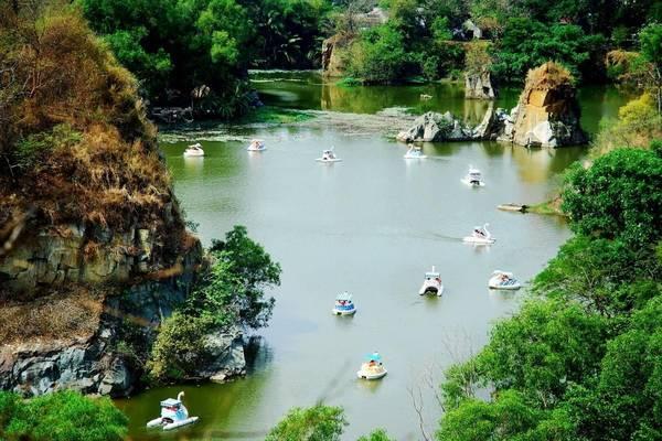 Trò chơi đạp thuyền vịt ở khu du lịch Bửu Long - Ảnh: Buulong