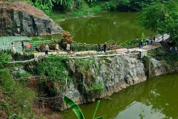 Một điểm nhấn mà nhiều du khách rất thích thú ở Bửu Long là được vãn cảnh chùa. Bạn có thể men theo con đường ven núi để lên chùa Bửu Phong hay đến Long Sơn thạch động (còn gọi là Chùa Hang) tọa lạc trên núi Long Ẩn.Ảnh: Nguyenminh2301