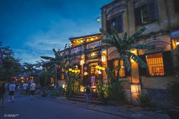Khu phố cổ kính dần trở nên mờ ảo lúc xế chiều, mang lại cảm xúc đặc biệt cho mỗi du khách khi tới đây.