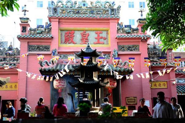 Chùa Ngọc Hoàng có diện tích 2.300 m2, được xây dựng trong giai đoạn 1892-1900, kiến trúc theo kiểu đền chùa Trung Hoa.