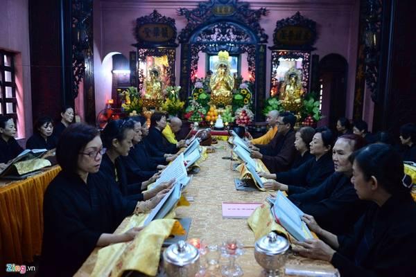 Vào chiều 21/5, nhân lễ Phật đản, các vị Hoà thượng, tăng, ni, phật tử cùng đọc kinh ở khu vực điện Quan âm.